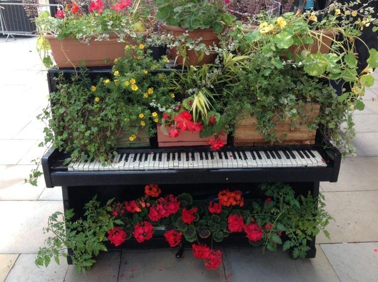 patio teclas piano oscuro flores