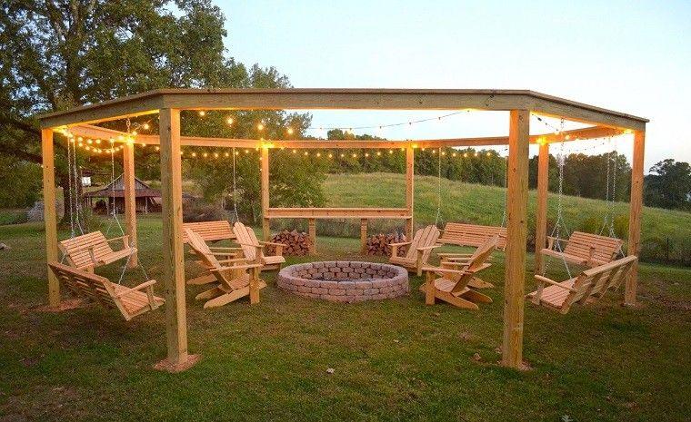 Pozo o plato de fuego y muebles modernos en el jard n for Sillones de jardin de madera