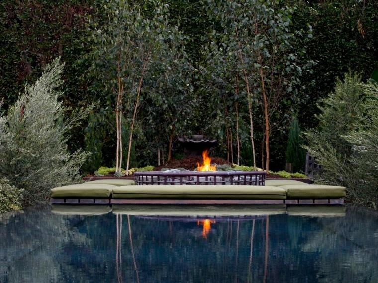 piscina grande bancos fuego arboles jardin naturaleza ideas