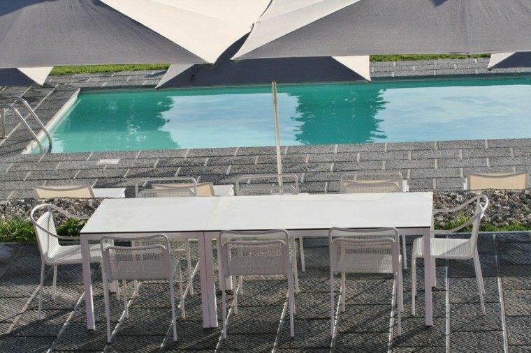 pisicna casa moderna jardin mesa sillas sombrilla blanca ideas