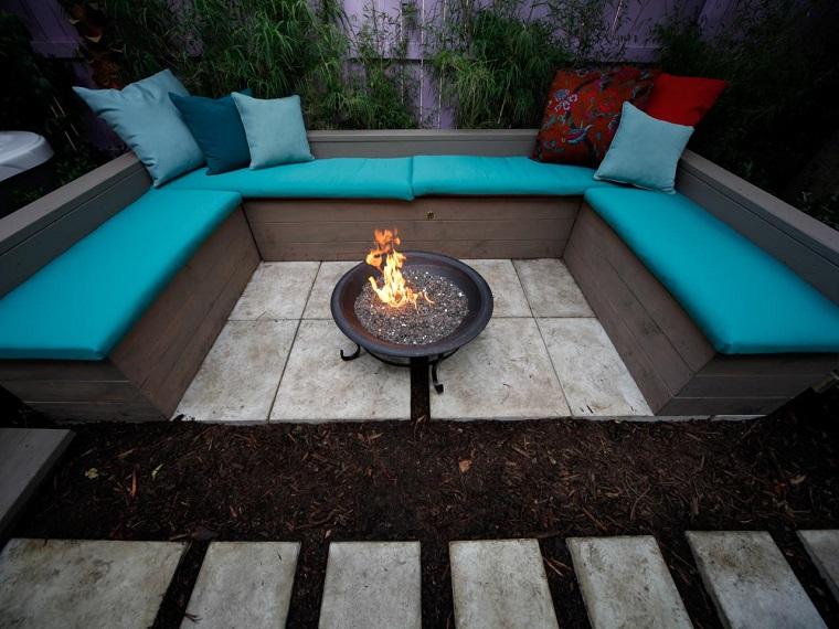 plato fuego negro bancos cojines azules jardin ideas