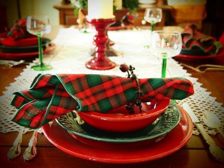 plato rojo servilletas cuadros verdes