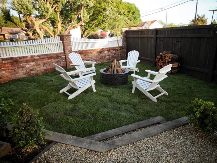 pozo fuego jardin cesped valla blanca moderno ideas