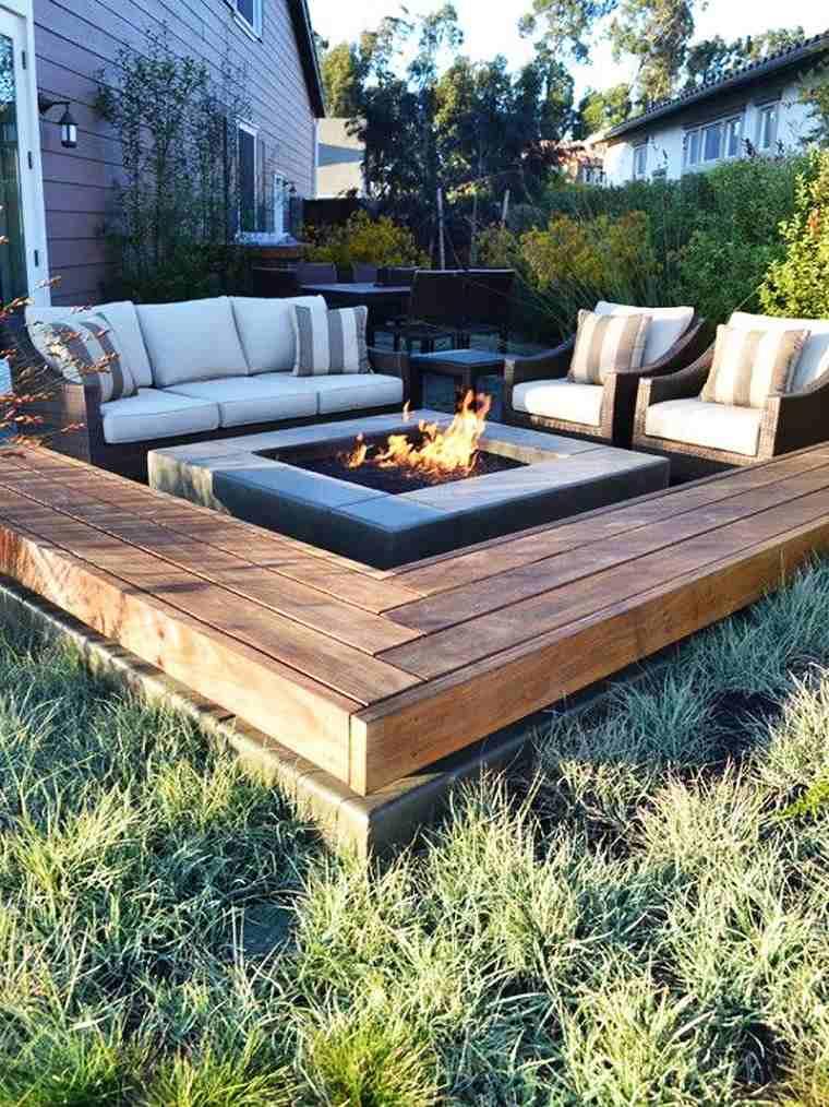 Pozo o plato de fuego y muebles modernos en el jard n for Sillones de patio