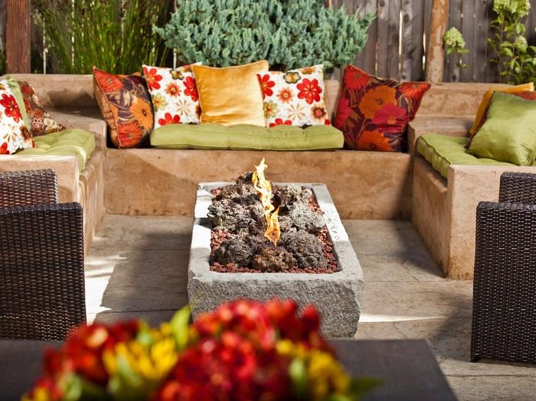 pozo fuego piedra bancos cojines colores vibrantes ideas