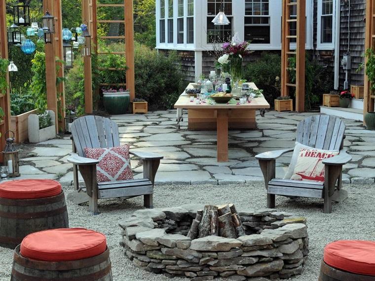 pozo fuego piedras taburetes cojines rojos sillones teca ideas