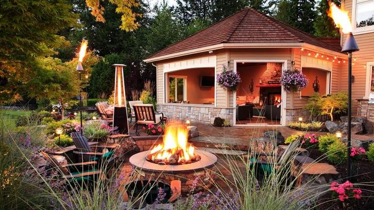 Pozo o plato de fuego y muebles modernos en el jard n for Jardines preciosos casa