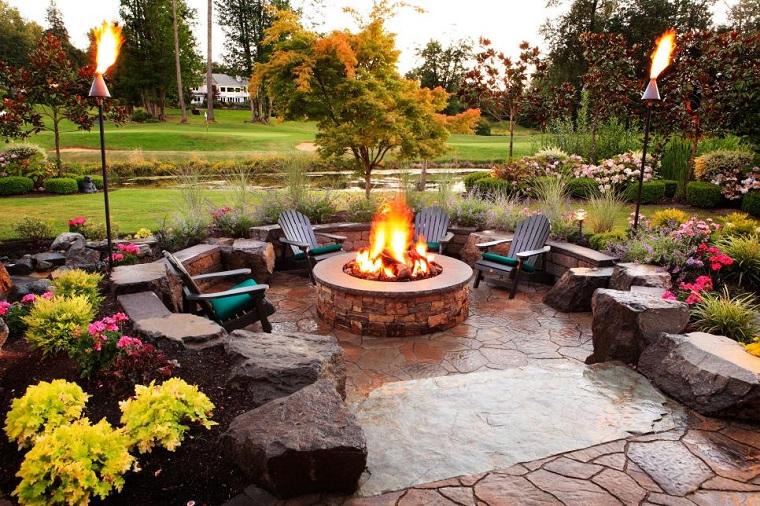 pozo fuego redondo jardin sillones cojines verdes piedras ideas