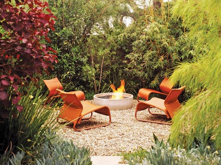 pozo fuego rodeado sillas color naranja vibrante jardin ideas