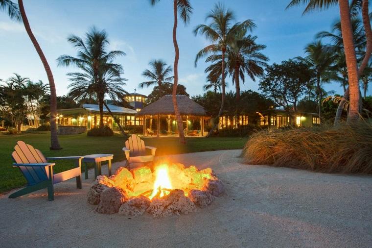 pozo fuego sillas madera teca amplio palmeras cesped ideas