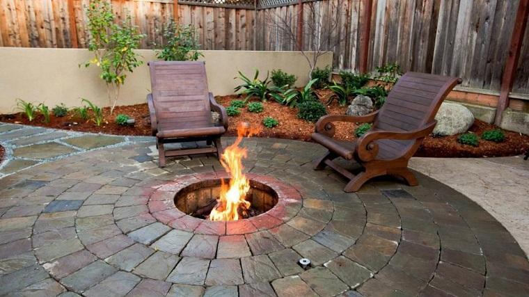 pozo jardin sulo piedras sillas madera diseno ideas