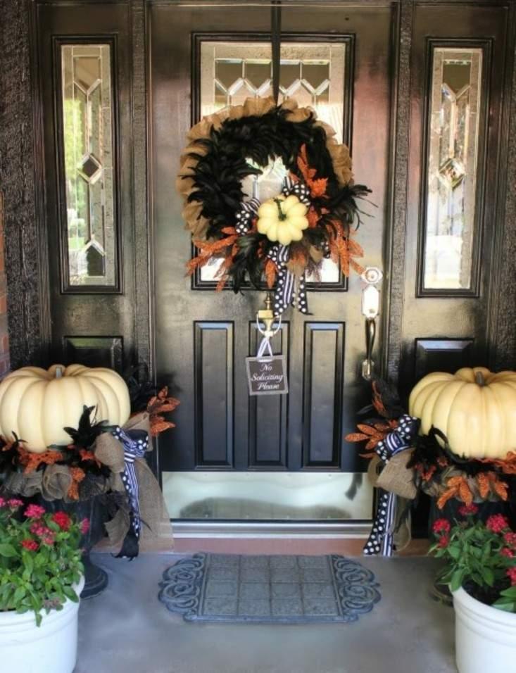 puerta entrada decorada guirnalda calabazas