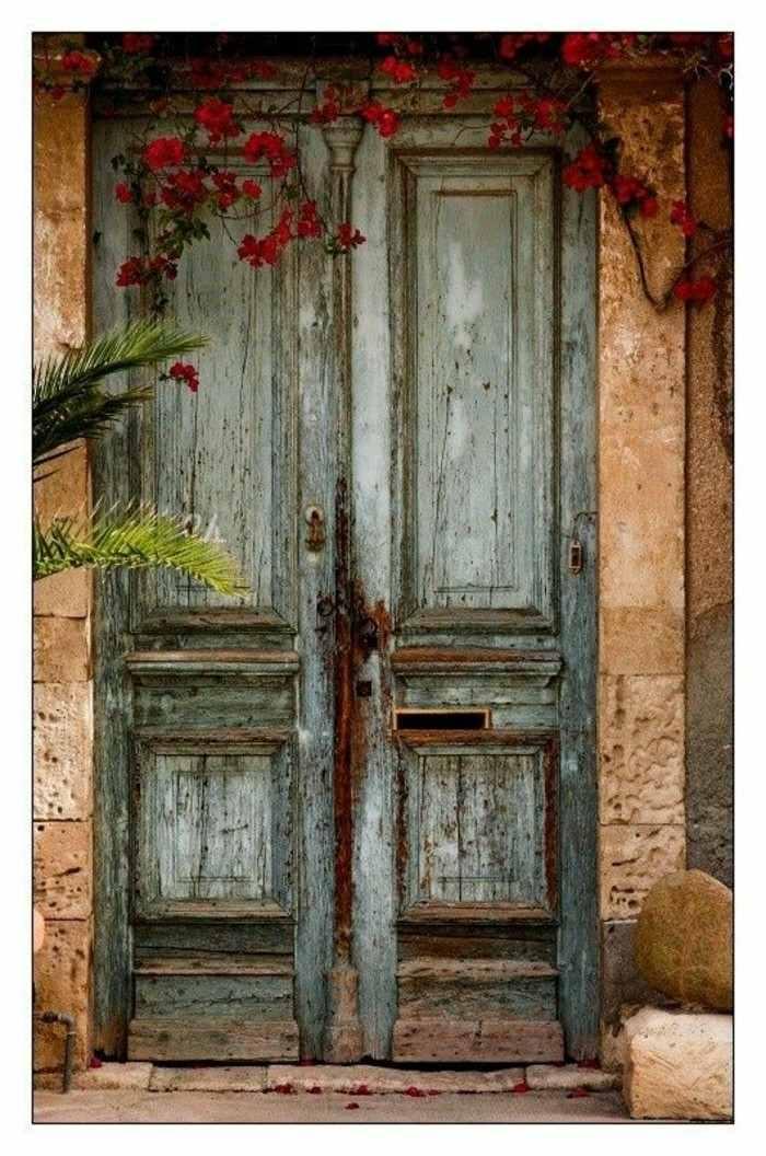 puerta madera color celeste antigua