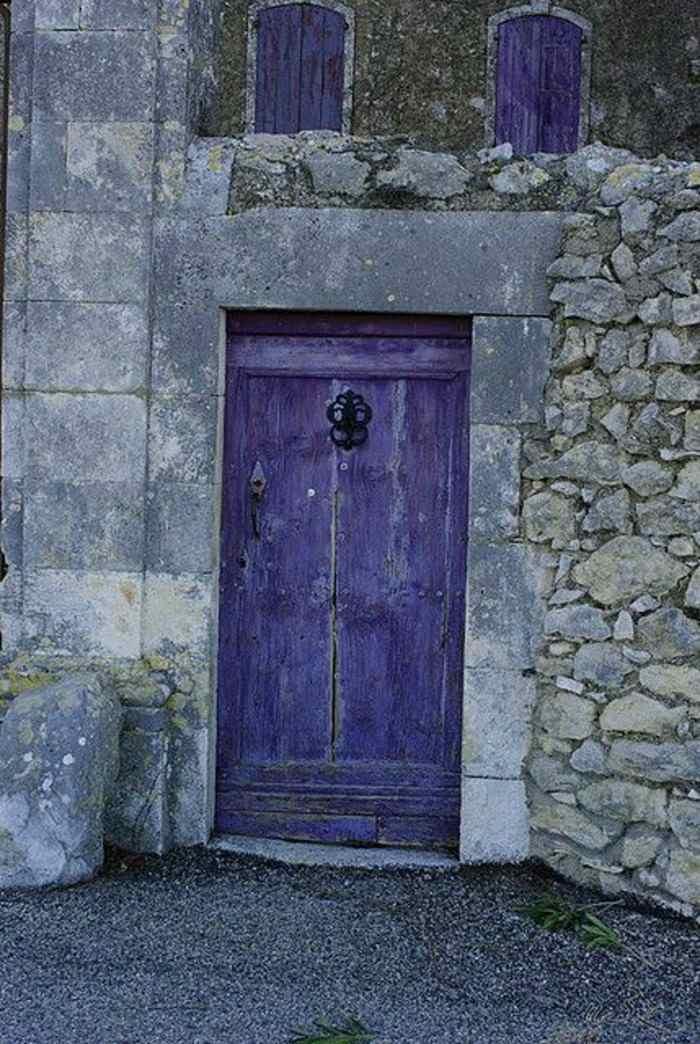 puerta madera pintada color morado