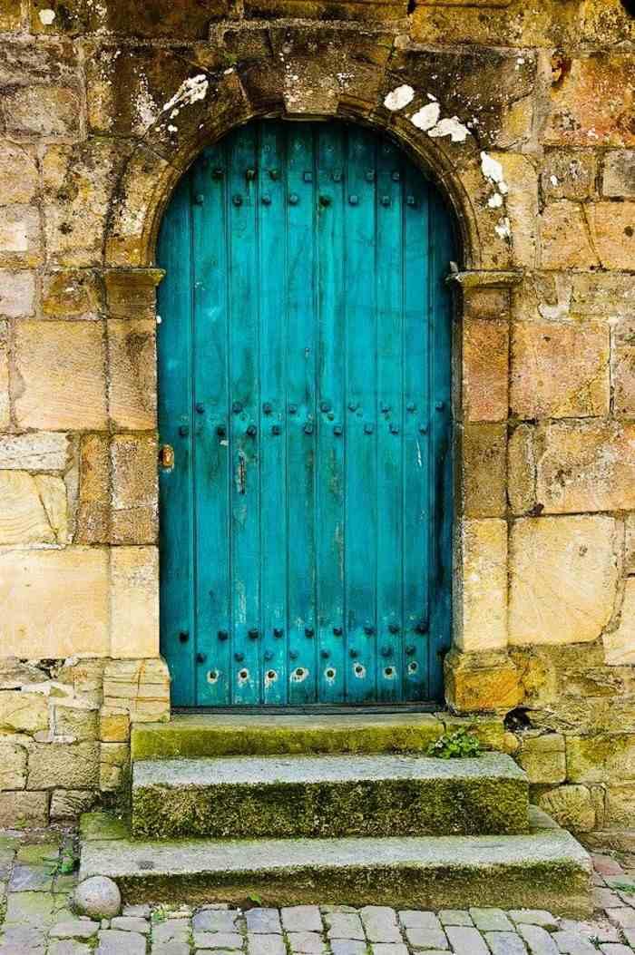 puerta madera pintada color turquesa