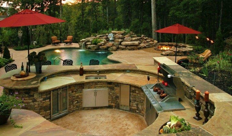 refugio perfecto verano cocina exterior mesa piscina caida agua ideas