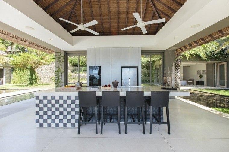 refugio perfecto verano cocina exterior sillas altas negras ideas