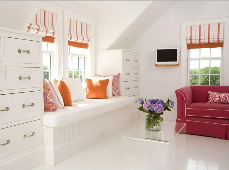 salon color blanco cojines naranja