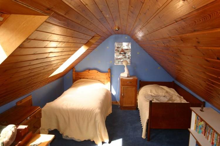 simple confortable intima habitacion azul