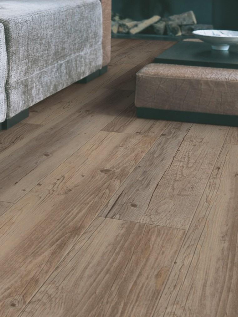 suelo-baldosas-imita-madera-salon-moderno