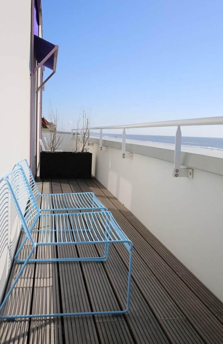 suelo terraza sillas azules metal