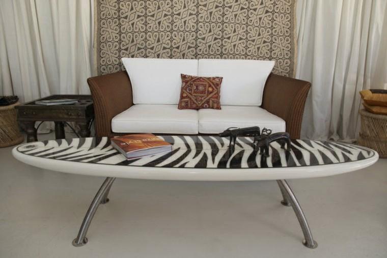 tabla de surf decorando blanco negro mesa salon moderno ideas