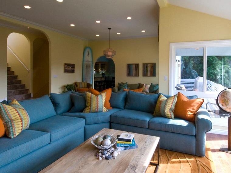 tabla de surf decorando esquina salon sofa grande azul ideas