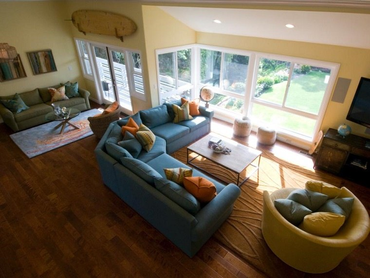 tabla surf decorando salon amplio pared amarilla ideas
