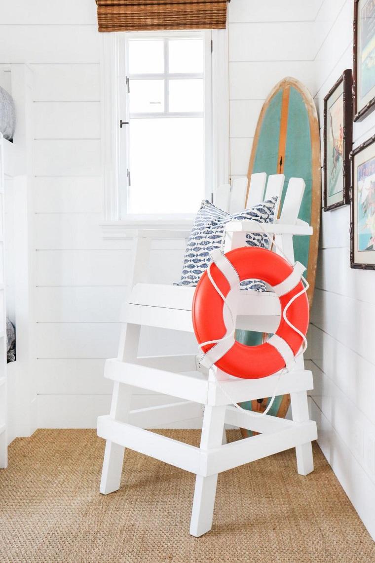 tabla de surf decorando silla paredes madera blanca ideas