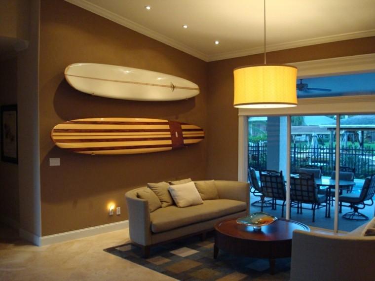 tabla de surf decorar salon oscuro sofa gris ideas