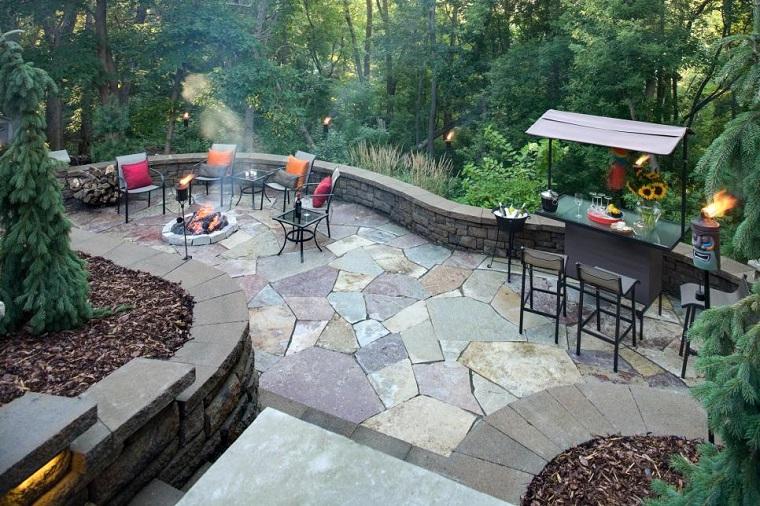 terraza amplia sillas cojines losas lugar fuego ideas