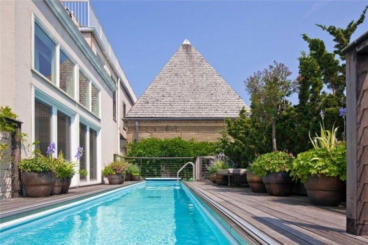 terraza suelo madera piscina larga estrecha macetas ideas