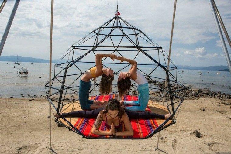 tres chicas gimnastas yoga playa