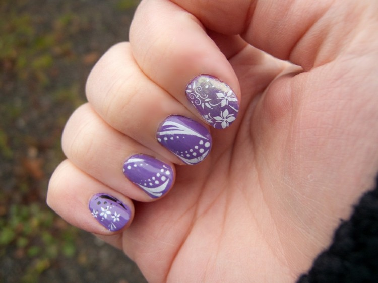 uñas color violeta adornos blancos