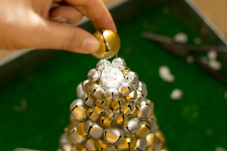 abeto navidad hecho cascabeles dorados