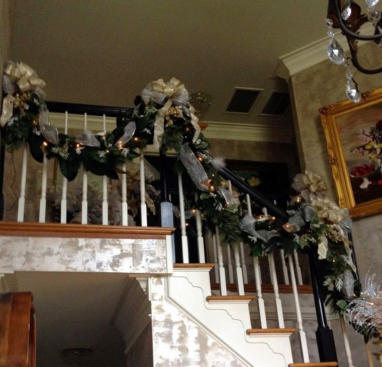 adornos navidad negros guirnalda escaleras ideas