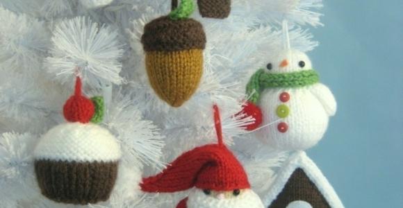 Adornos navideños tejidos de lana para decorar la casa