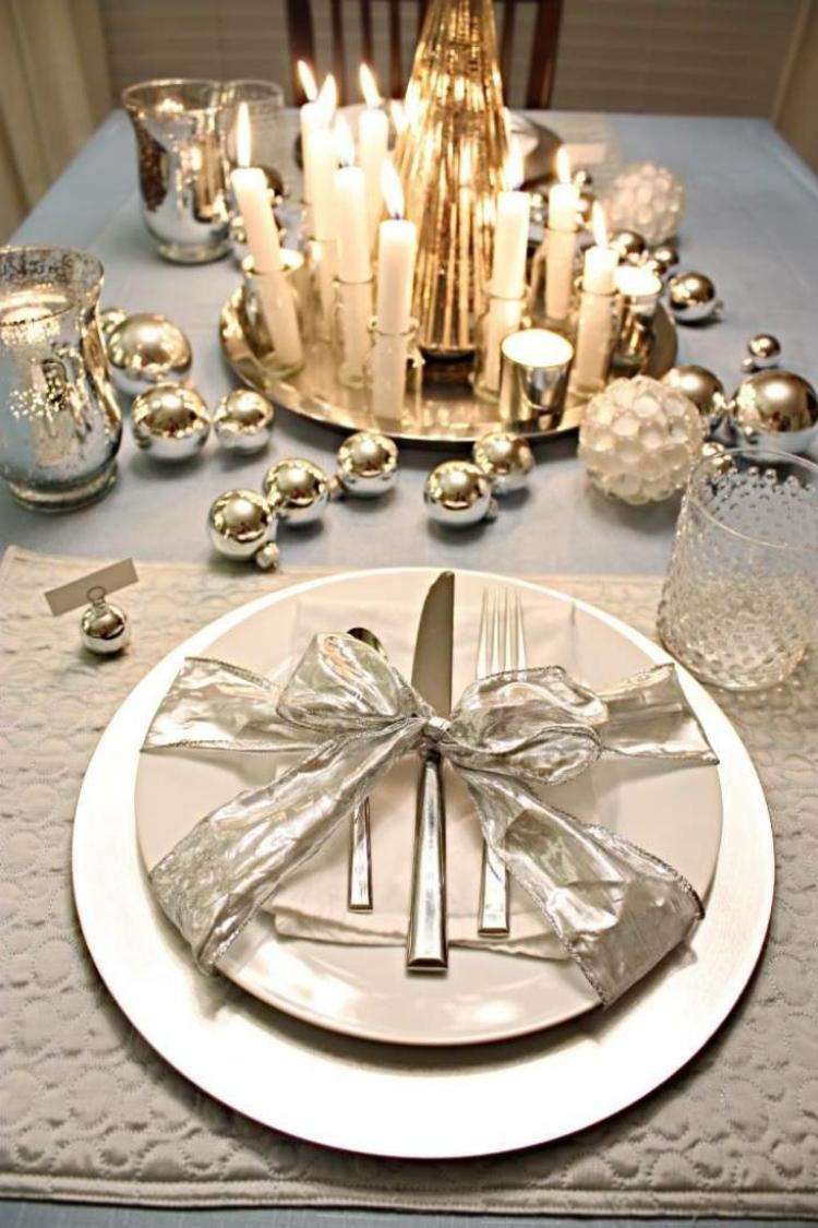 adornos navideños mesas esferas lugares plateados
