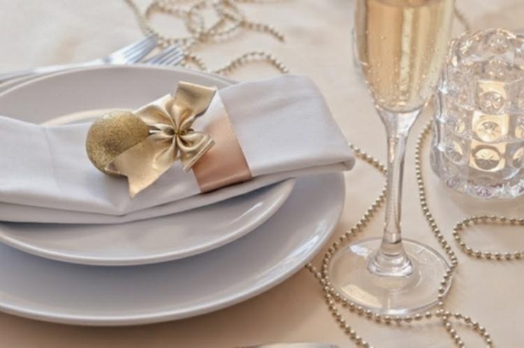 adornos navideños mesas servilletas blancas cintas