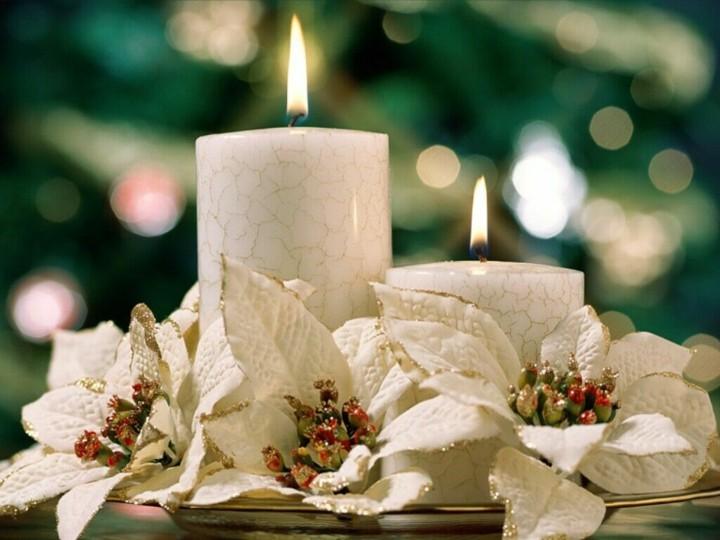 adornos navideños velas blancas flores