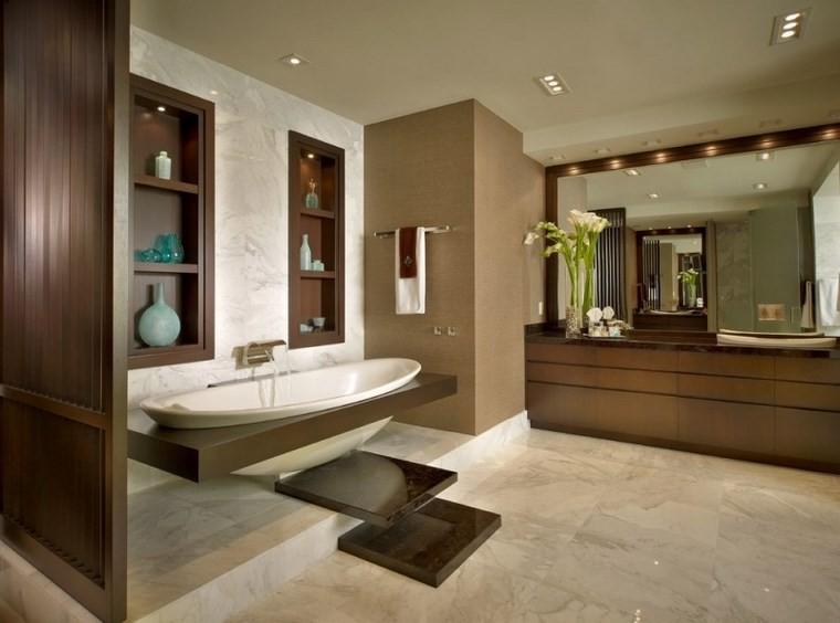 Baños Modernos En Marmol:azulejos de travertino y estantes de madera en el baño moderno