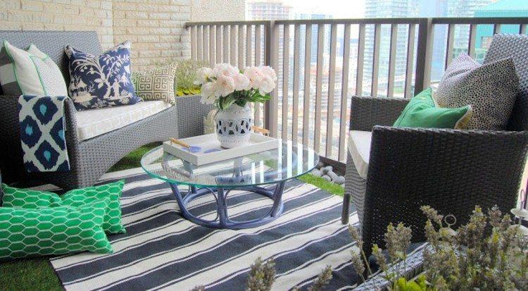balcon diseño pequeño acogedor cojines flores