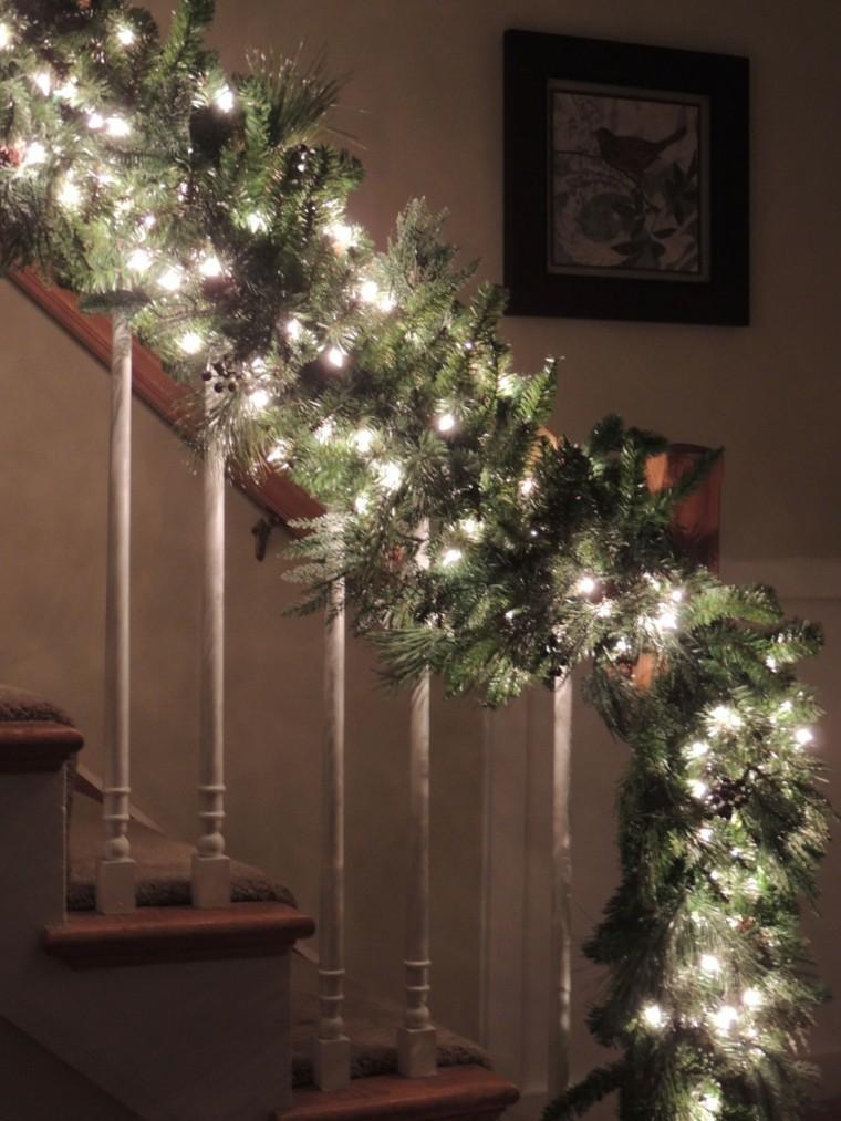 bonita guirnalda luces blancas escaleras