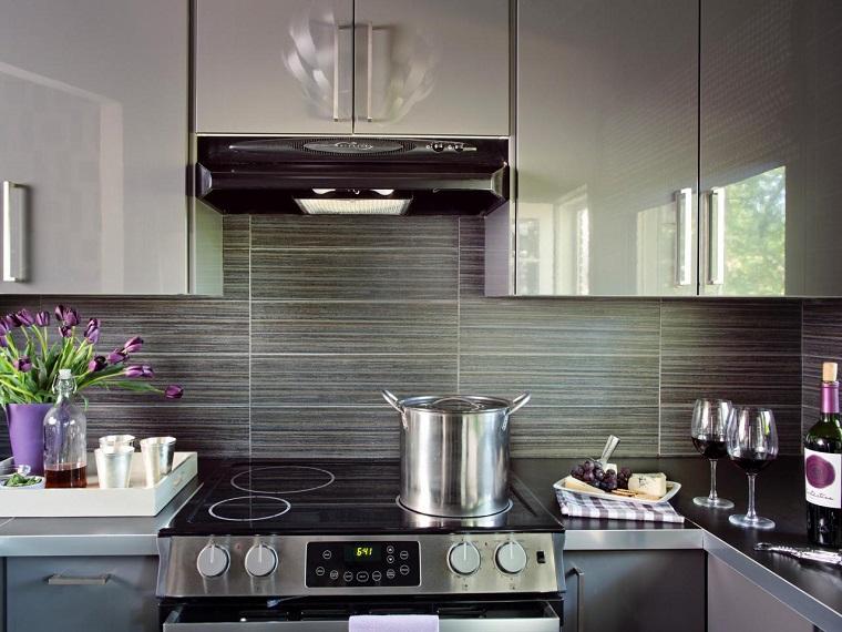Decoracion de paredes rayas mosaico o acero en la cocina - Losas para cocina ...