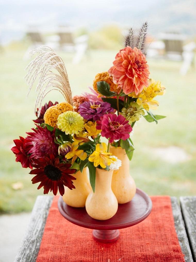 calabazas decora casa otono plato rojo flores ideas