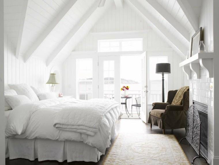 cama alejada ventana chimenea lamparas