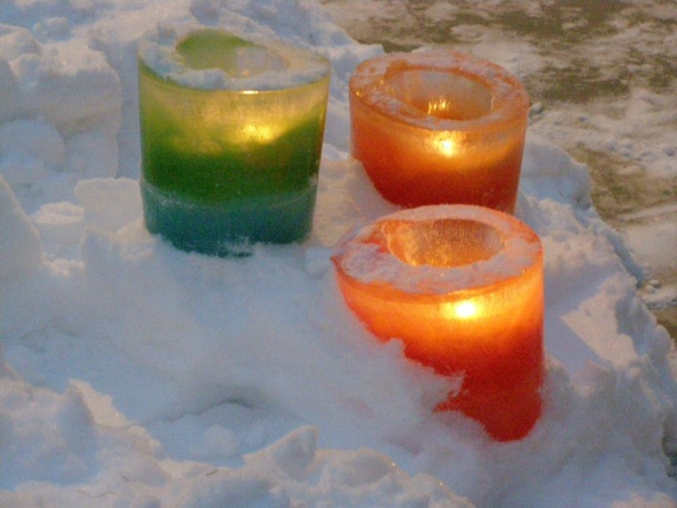candelabros-verde-naranja-velas-nieve-jardin
