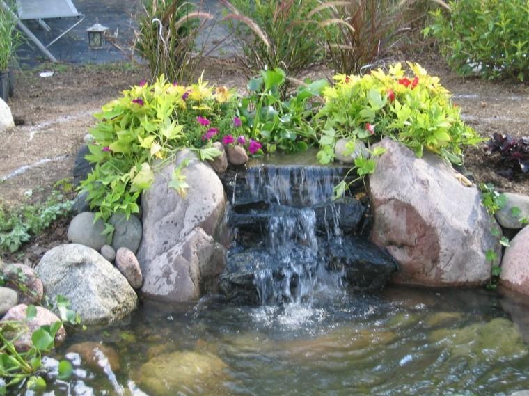 cascada agua flores color rosa