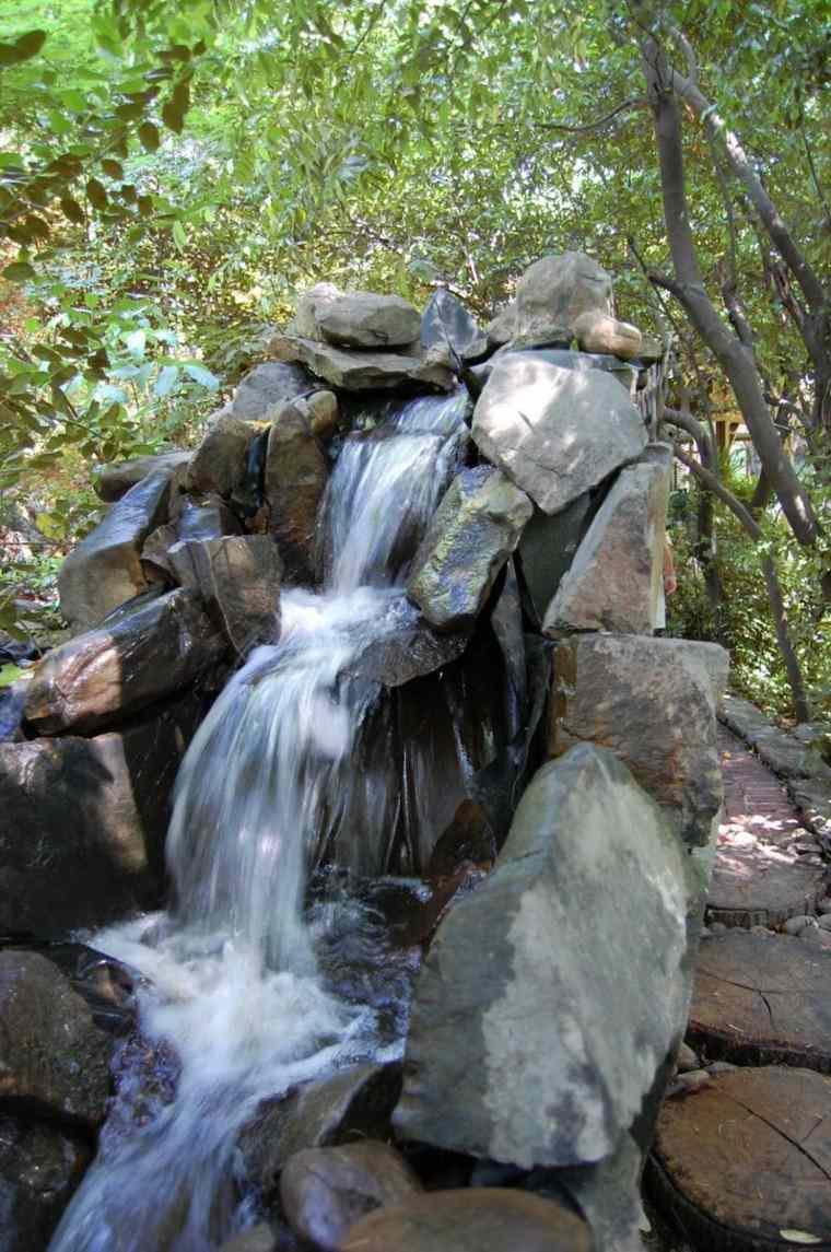 cascada jardin fuente rocas