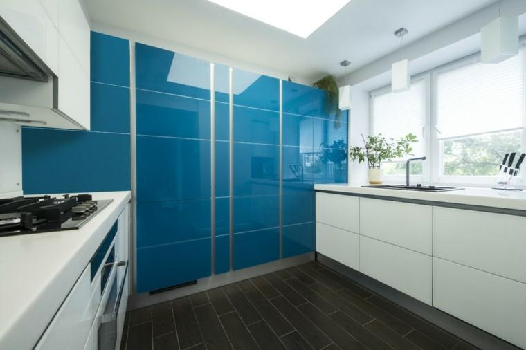 cocina-pared-losas-azules-suelo-negro